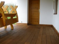 Detail na lemování u dřevěné terasy z brazilské massaranduby.