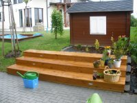 Díky vestavěnému podsvícení a výběrem kvalitního materiálu můžete i vy dosáhnout krásné terasy z masivního dřeva.