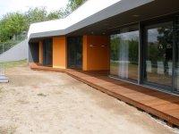 Pohled na hotovou terasu u moderní stavby. Zde je exotická massaranduba ideální volbou pro dřevěnou terasu.