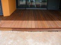 Detail na lemování dřevěné terasy a barevnou rozmanitost massaranduby. Terasa je zde neošetřená. Pro zachování barevné stálosti doporučujeme natírat podbarveným terasovým olejem.
