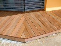 Detail zalomení terasy do úhlu. Terasa je z brazilské massaranduby.