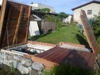 Výklopná terasa, pod kterou se schová vzduchotechnika, filtrace a jiné systémy např. pro bazén atd. Terasová prkna jsou z massaranduby