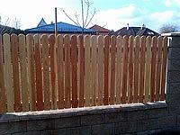 Ukázka realizace z modřínového plotu s velkým obloukem