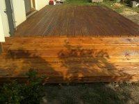 Dřevěná terasa ze sibiřského modřínu. Natřená terasovým olejem v Teak. Tento nátěr zajistí barevnou stálost terasových prken