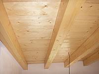 Stropní trámy z KVH hranolu a na nich je podlaha oboustranně pohledová. Tl. 27 mm × 146 mm × 4 m smrkové, a nátěr je tvrdý voskový olej Hartwachs-ol od fa. Remmers.