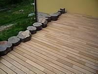 Je možné přizpůsobit terasová prkna z akátu i velmi složitým podmínkám.