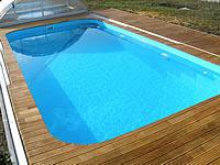 Akátová terasa kolem bazénu s vyřezy pro kolejnice krytu bazénu.Akátová terasová prkna