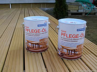 Akátová terasová prkna. Aby dřevo nešedlo je nutné ho natřít olejem. Zde se zvolil od fa Remmers v odstínu Teak