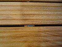 Galvanicky upravená sponka a nerez vrut. Ideální upevnění terasových prken z akátu.