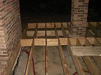 Příprava roštu s upevněním na objekt tak, aby při montáži terasových prken byl výstup z objektu bezbariérový.Terasová prkna z malajského kapuru