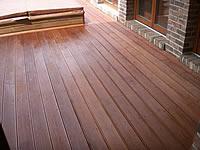 Terasa z exotické dřeviny kapur. Pohled na upevnění terasových prken nerez vruty s mezerami mezi terasovými prkny 0,5–1 cm.