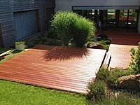 Terasa z hladkého merbau je vhodná volba pro Vaší zahradu