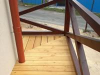 Detail rohového spoje. Zavěšená konstrukce terasy + terasa ze sibiřského modřínu