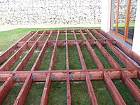 Spojení podkladního roštu ocelovou L výztuhou a vruty. Terasová prkna z akátu.