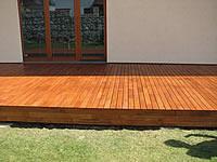 Akátová terasa je natřená teakovým olejem Pflege-ol od fa. Remmers.