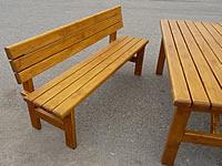 Na lavici se posadí pohodlně tři lidi
