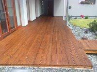 Aby se prodloužila životnost a barevná stálost terasy je nutné jí pravidelně udržovat terasovým olejem. Zde je v odstínu Teak