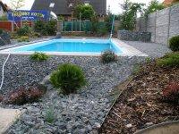 Štěrk je nejčastěji používaný podkladní materiál pod konstrukci terasy. Aby neprorůstala zeleň je nutné použít geotextíli