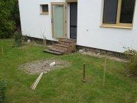 Takto původně vypadalo místo za domem, než se namontovala dřevěná terasa