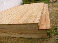 Detail olemování dřevěné terasy ze sibiřského modřínu. Doporučujeme vždy terasu ošetřit podbarveným terasovým olejem.