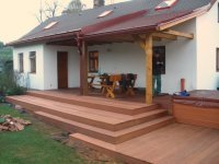 Pohled na hotovou dřevěnou terasu z exotické massaranduby. Terasa není ošetřená olejem. Doporučujeme vždy terasu ošetřit podbarveným terasovým olejem.