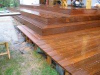 Dřevěná terasa z massaranduby před finálním olemováním, kterým se schová podkladní rošt.