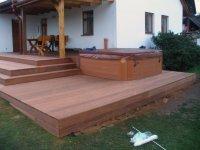 Celkový pohled na hotovou dřevěnou terasu z exotické massaranduby se zabudovanou vířivou vanou
