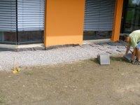 Nejpoužívanější způsob pokládky. Na štěrkové podloží. Latě se kotví k betonovým čtvercům.