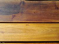 Nahoře zašedlé dřevo, dole po aplikaci odšeďovače, jako nové
