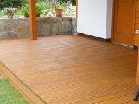 Terasovky ze sibiřského modřínu. Pro delší životnost a barevnou stálost doporučujeme natírat prkna terasovým olejem. V tomto případě to byl Modřínový odstín