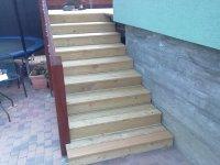 Díky vroubkovaté struktuře terasových prken se nemusíte bát o své bezpečí ani na mokrých schodech. Pro extrémní případy mohou být schody ošetřeny protiskluzovým olejem