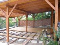 Na takto připravený rošt se montují terasová prkna. Zde konkrétně Garapa