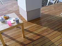 Detail řešení terasy kolem sloupů, schodů a jiných překážek. Akátová terasová prkna