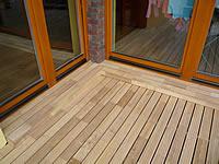 Když je terasa dobře udělaná, tak každý detail sedí. Sponky udržují naprosto stejné mezery mezi terasovými prkny.