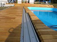 Detail řešení terasy pro posuvné zařízení krytu bazénu.Akátová terasová prkna