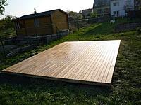 Terasa z akátu v prostoru na dlaždicích, které vyrovnají terén, na nich jsou podkladní latě z akátu 60 mm x 40 mm x 4 m.
