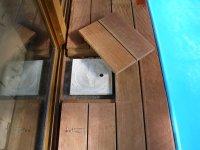Na přání lze udělat poklop na filtraci, přívod vody atd. Terasa kolem bazénu z dřeviny Bangkirai