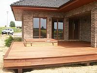 Hotová terasa z exotické dřeviny kapur s olemováním a zapuštěným bodovým osvětlením.Terasová prkna z malajského kapuru