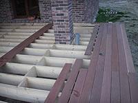 Na připraveny rošt se montují terasová prkna z exotické dřeviny kapur.
