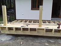Podkladní rošt na patkách s napojením na stavbu a základní položení terasových prken ze sibiřského modřínu.