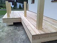 Usazení terasových prken ze sibiřského modřínu 25 mm × 140 mm × 4 m na rošt s olemováním.