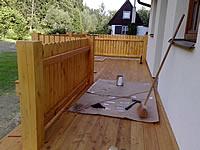 Terasa a plotové dílce natřené olejem na terasová prkna Pflege-ol od fa. Remmers.