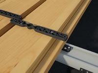detail uchycení úchytky pro neviditelný spoj na dřevěné terasy
