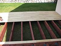 Pokládka akátové terasy na rošt z impregnovaných fošen. Terasová prkna z akátu.