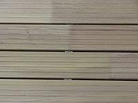 Detail mezery u akátové terasy, mezera je dána velikostí hlavičky vrutu, cca 5 mm. Terasová prkna z akátu.