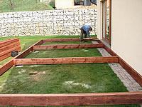 Montáž podkladního roštu k akátové terase na vybetonovaných patkách.