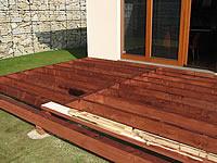 Rošt zvýšené terasy z impregnovaného řeziva. Uložení na vybetonovaných patkách.Terasová prkna z akátu.